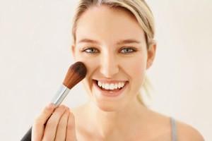 Cách đánh kem nền và phấn phủ giúp gương mặt thanh thoát
