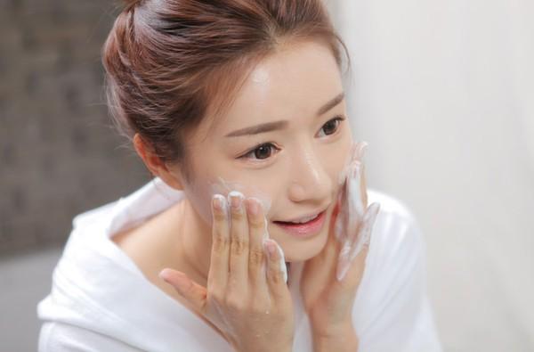 Cách chăm sóc da bị mụn và thâm