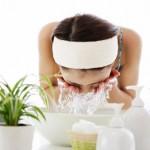 Cách chọn sữa rửa mặt cho da mụn phù hợp