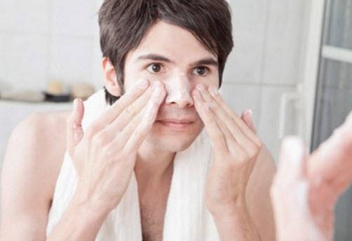 Cách chọn sữa rửa mặt cho nam sạch mụn, trắng da