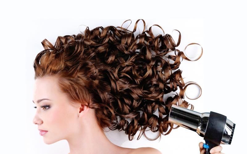 Cách chăm sóc tóc xoăn bằng dầu dừa đúng cách